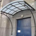 Козырек над входом из поликарбоната