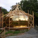 Леса из доски по форме купола.